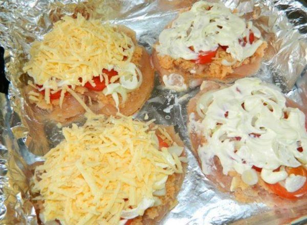 Майонез и сыр на грудках