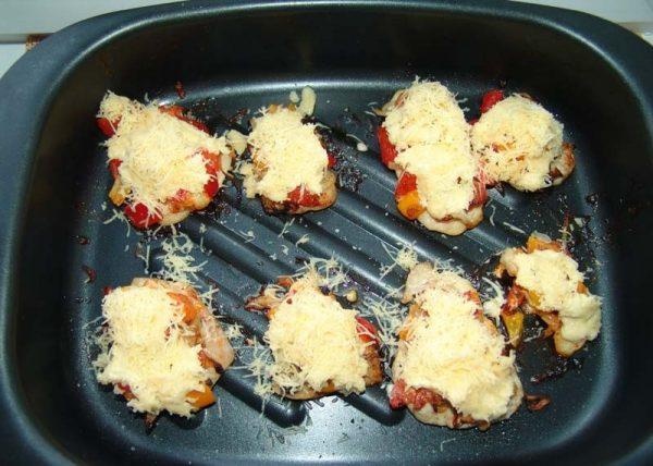 Тёртый сыр на кусочках грудки с овощами