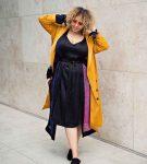 Уличный стиль, чёрное платье и жёлтый плащ