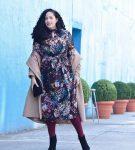 Платье с цветочным принтом и бежевое пальто