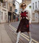 Уличный стиль, свитшот и асимметричная кожаная юбка