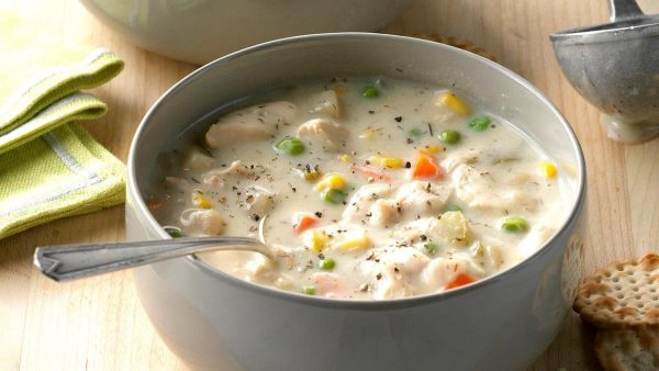 Сливочный суп с курицей, зелёным горошком и кукурузой