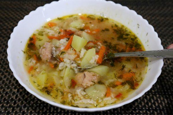 Суп с консервированным тунцом и рисом