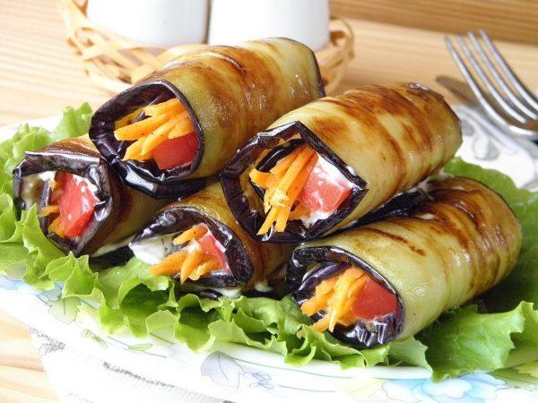 Рулетики из баклажанов с корейской морковью и томатами