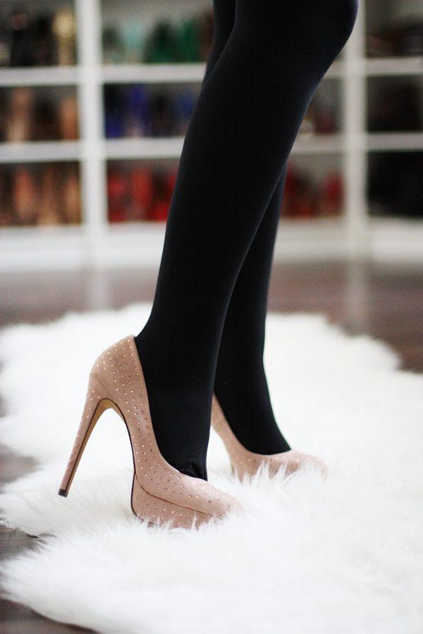 Чёрные колготки с бежевыми туфлями
