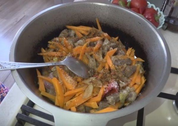 Введение в казан моркови и специй