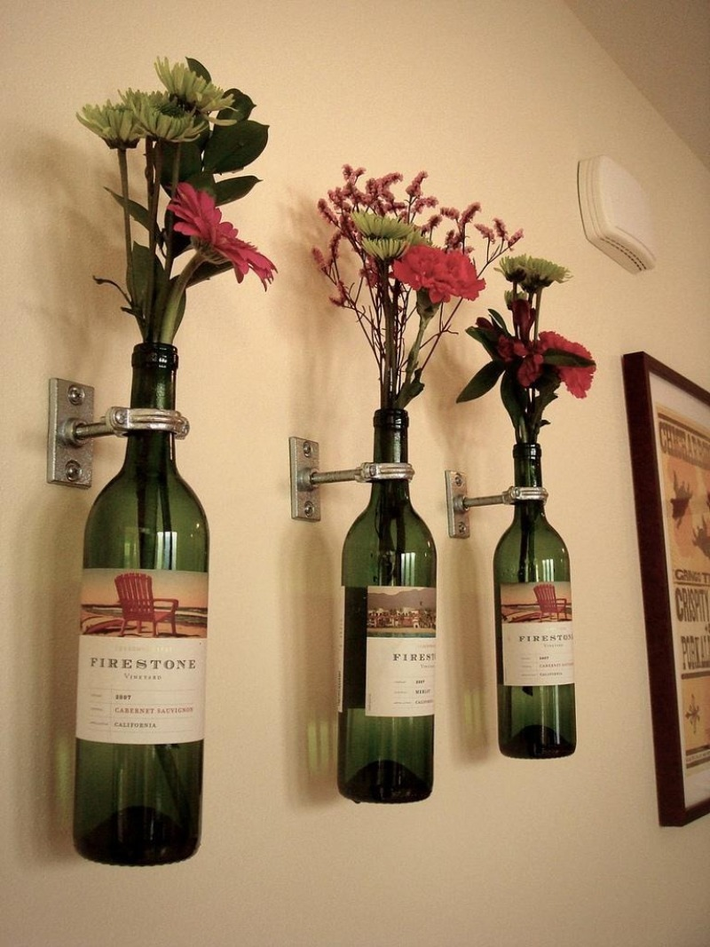 Вазы из бутылки на стене