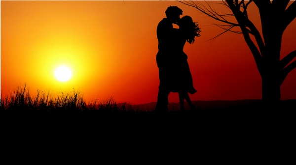 Пара целуется на закате