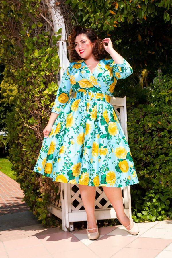 Женщина в ярком платье