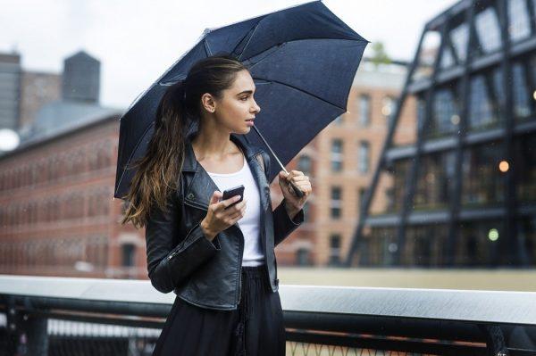 Девушка под чёрным зонтом