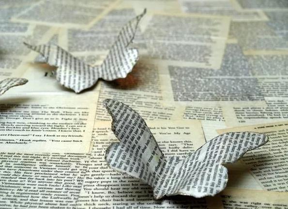 Бабочка из газеты на печатном фоне